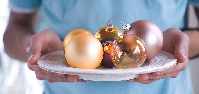 Adventskalender-Bild Weihnachtskugeln Weihnachtsteller in den H