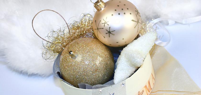 Adventskalender-Bild glitzernde weisse goldene Weihnachtskugeln Christbaumkugeln Weihnachtsbild