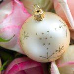 Adventskalender-Bild weisse Weihnachtskugeln Rosen-Blüten Glitzer-Sterne