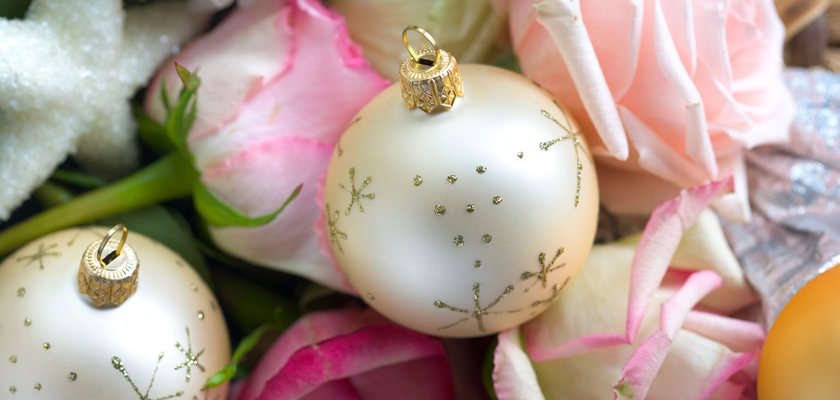 Adventskalender-Bild weisse Weihnachtskugeln Rosen-Blüten Glitz