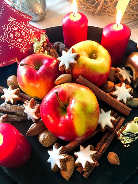 Weihnachts-Teller rote Äpfel Zimtsterne Nüsse Adventskranz-Kerzen