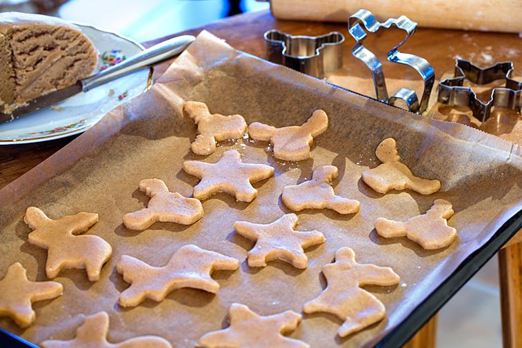 Weihnachtsplätzchen Hirsch Elch Ausstecherle backen Teig ausstechen Backblech