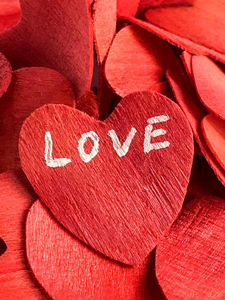 Rotes Herz mit Schrift Love Valentinstag Liebe Hochzeit