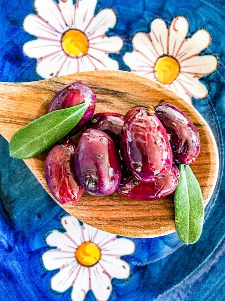 Rote Kalamata Oliven auf einem Holzlöffel