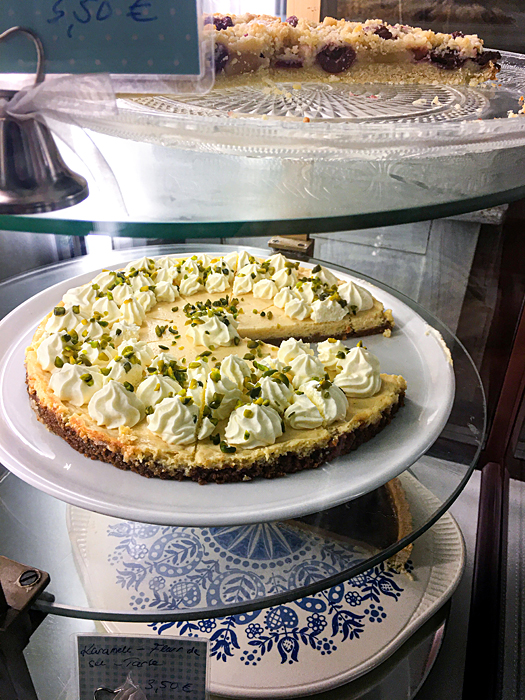 Kuchenbuffet Cafe Zitronentorte Kirsch-Streuselkuchen Vitrine