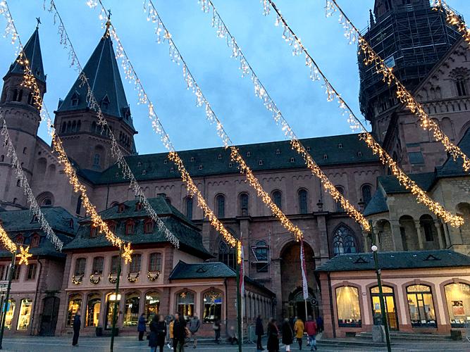 Lichterketten Weihnachtsmarkt Dom Mainz