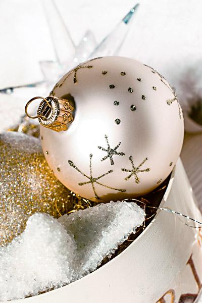 Weisse Weihnachtskugel goldene Sterne Weihnachten Weihnachtsgrüße