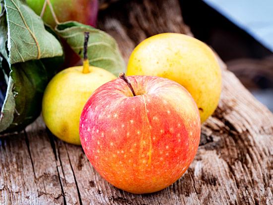 Roter Apfel gelbe Nashi Birnen Shabby Holz