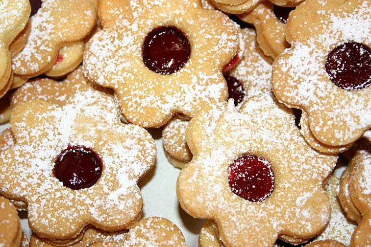 Weihnachtsplätzchen mit Marmelade und Puderzucker Hildabrötchen